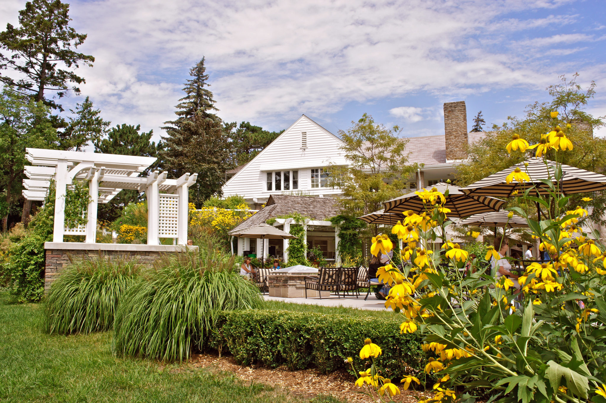 Nestled beside the clubhouse, Donalda's formal garden is bordered with flagstones and original plantings that highlight the best of each season. Fragrant and calm, it is a peaceful enclave to exchange vows of any faith.