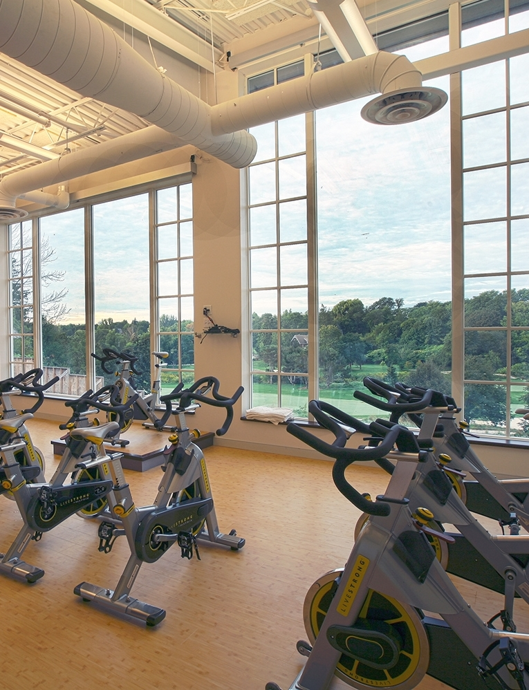 In its recently renovated fitness studio, Donalda offers a broad variety of activities from 5 am to 10 pm, as well as a complete class schedule. Donalda offers four personal trainers, and classes include spin, pilates, yoga, aqua-fit, interval training and cardio kick-boxing.